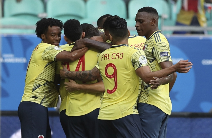 Colombia soccer players celebrate Gustavo Cuellar's goal against Paraguay during a Copa America Group B soccer match at the Arena Fonte Nova in Salvador, Brazil, Sunday, June 23, 2019. (AP Photo/Ricardo Mazalan)