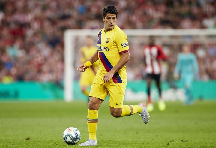 FC Barcelona's Luis Suarez controls the ball during the Spanish La Liga soccer match between Athletic Bilbao and FC Barcelona at San Mames stadium in Bilbao, northern Spain, Friday, Aug. 16, 2019. (AP Photo/Ion Alcoba Beitia)