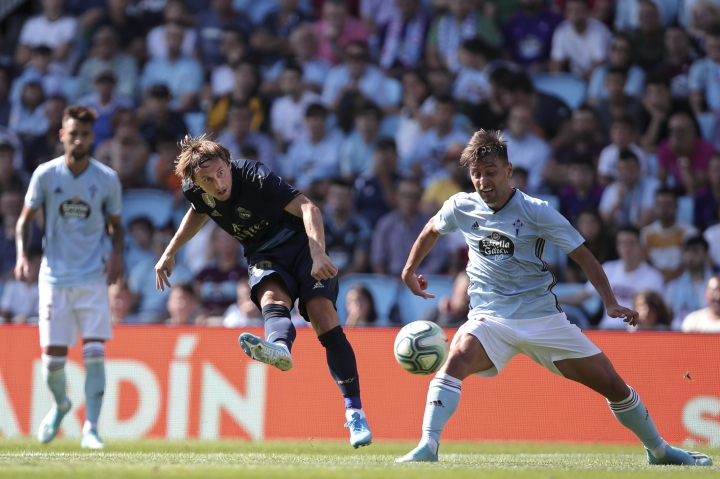 Real Madrid's Luka Modric, centre, shoots during La Liga soccer match between Celta and Real Madrid at the Balaídos Stadium in Vigo, Spain, Saturday, Aug. 17, 2019. (AP Photo/Luis Vieira)
