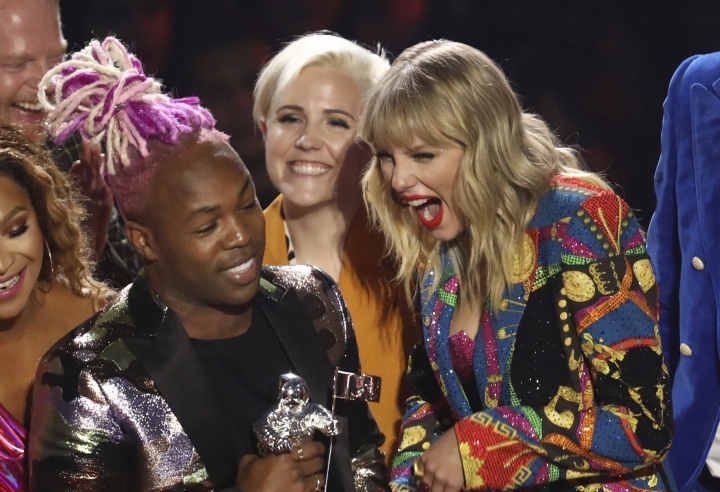"""Taylor Swift, right, accepts the video for good award for """"You Need to Calm Down"""" at the MTV Video Music Awards at the Prudential Center on Monday, Aug. 26, 2019, in Newark, N.J. (Photo by Matt Sayles/Invision/AP)"""
