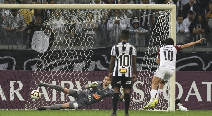 Luis Miguel Rodriguez of Argentina's Colon scores his side's first goal from the penalty spot during a second leg Copa Sudamericana semifinal soccer match against Brazil's Atletico Mineiro at the Mineirao stadium in Belo Horizonte, Brazil, Thursday, Sept. 26, 2019. (AP Photo/Eugenio Savio)
