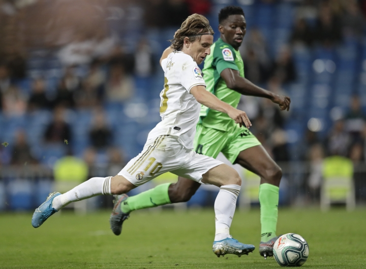 Real Madrid's Luka Modric, left and Leganes' Kenneth Omeruo challenge for the ball during a Spanish La Liga soccer match between Real Madrid and Leganes at the Santiago Bernabeu stadium in Madrid, Spain, Thursday, Oct. 31, 2019. (AP Photo/Bernat Armangue)