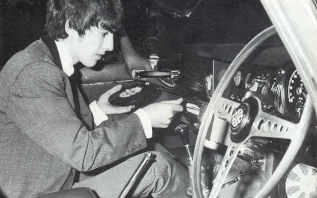 amazing-photos-of-a-time-when-cars-had-record-players