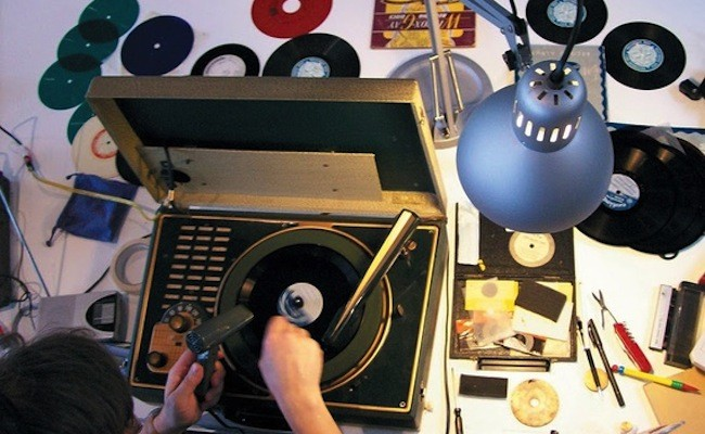 british-sound-artist-recycles-cds-to-make-them-playable-on-turntables
