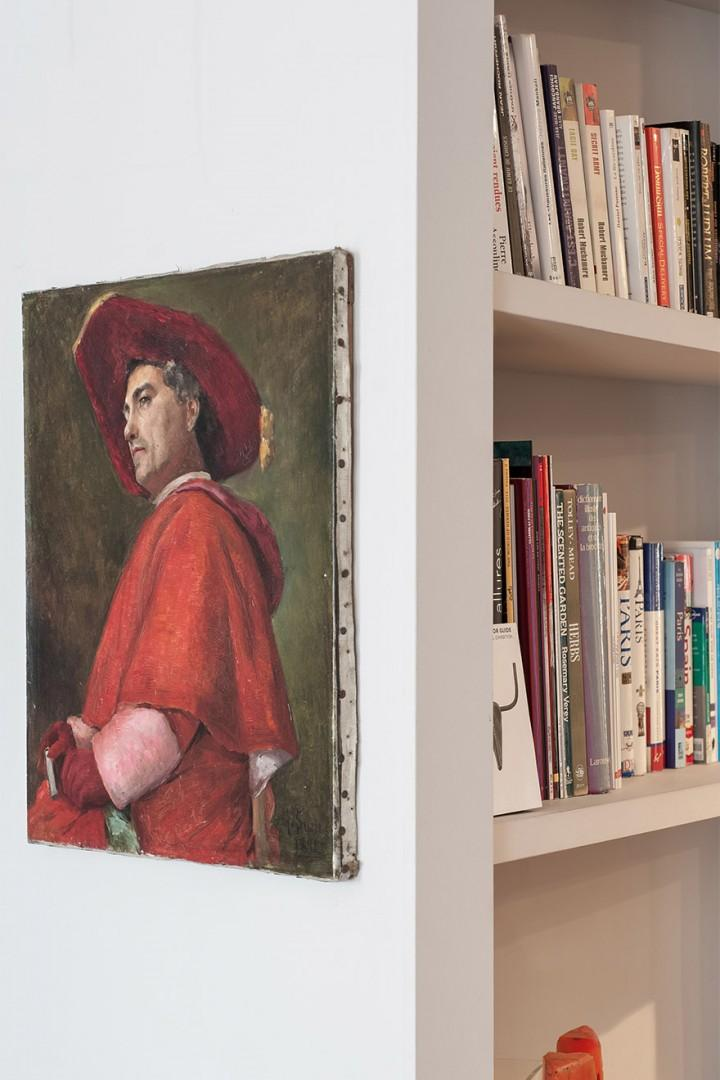 Literature lovers will adore the built-in bookshelf!