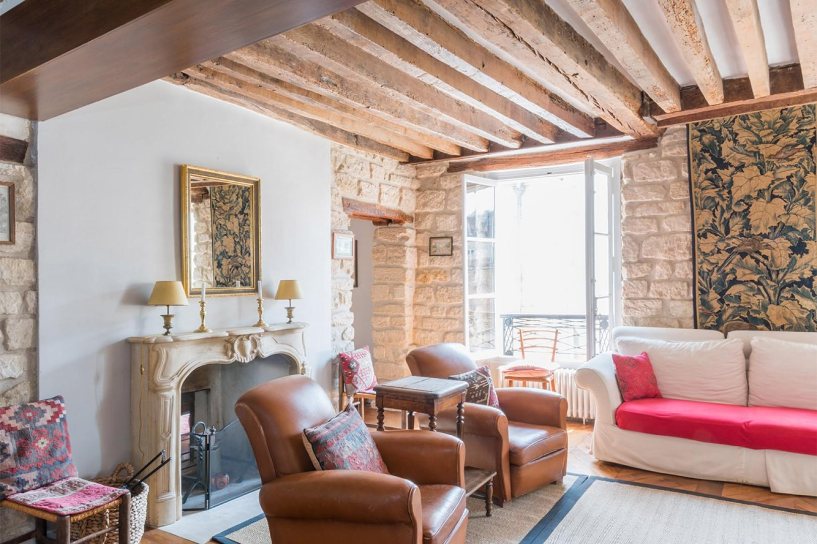 Choose this beautiful Parisian home for your holiday stay.