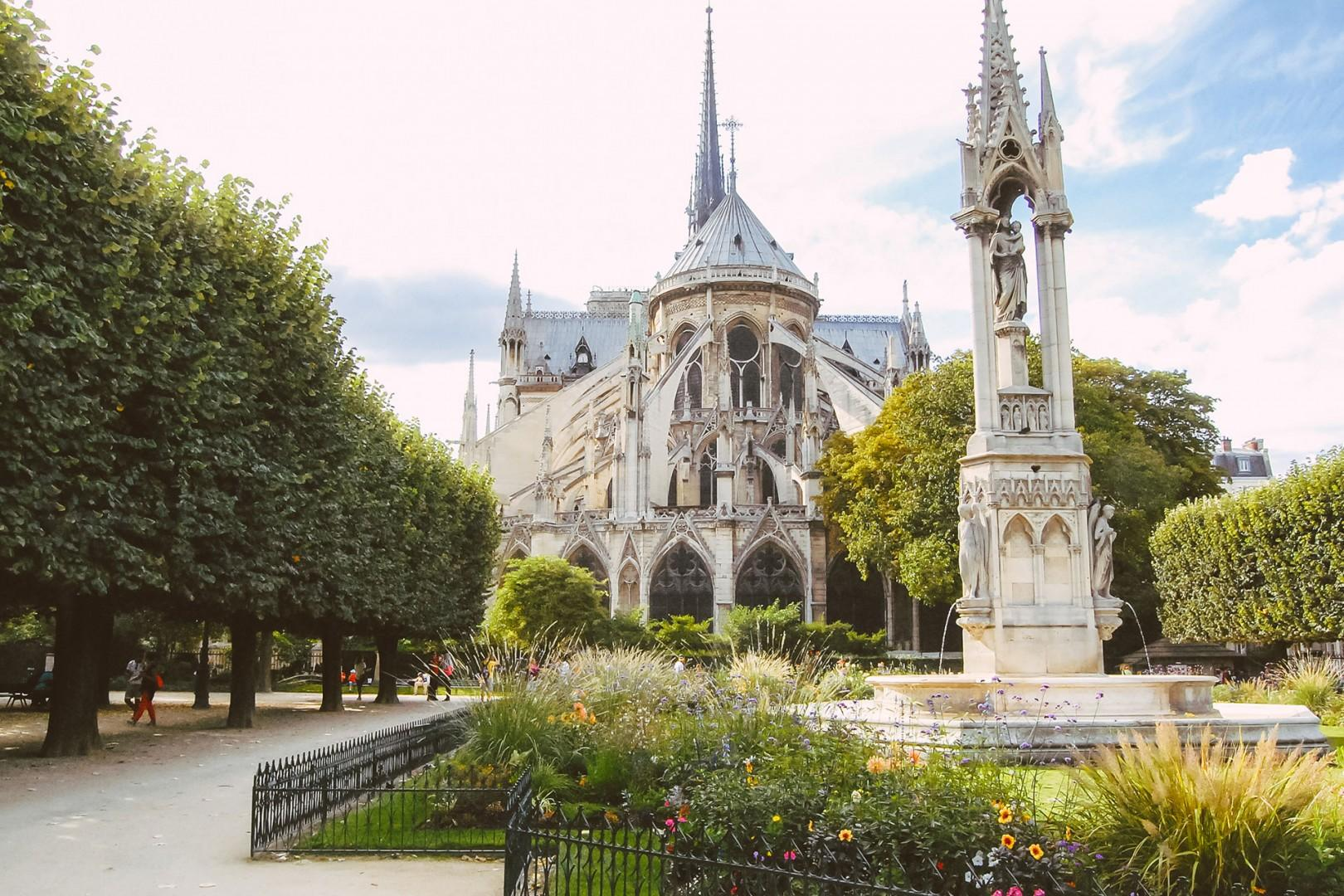 Walk over to the gardens of the Notre-Dame Cathedral.