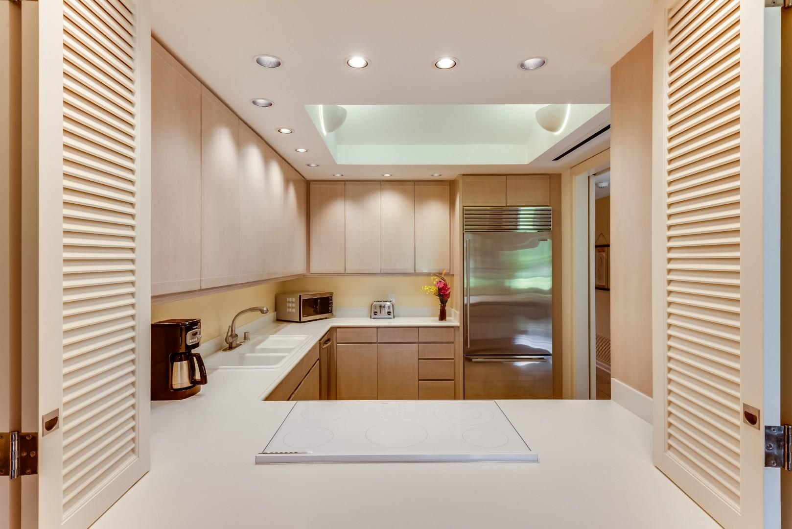 Spacious Fully-Equipped Kitchen w/ Stainless Steel Appliances, SubZero Refrigerator and Lockable Dacor Range