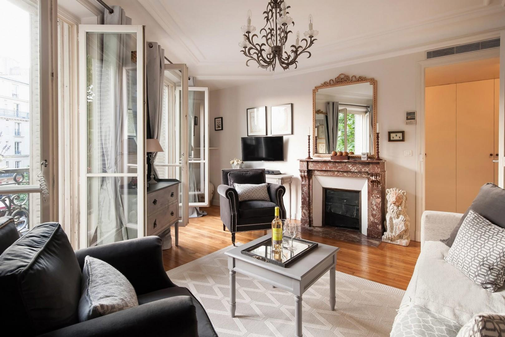 The living room is ultra-charming and truly Parisian!