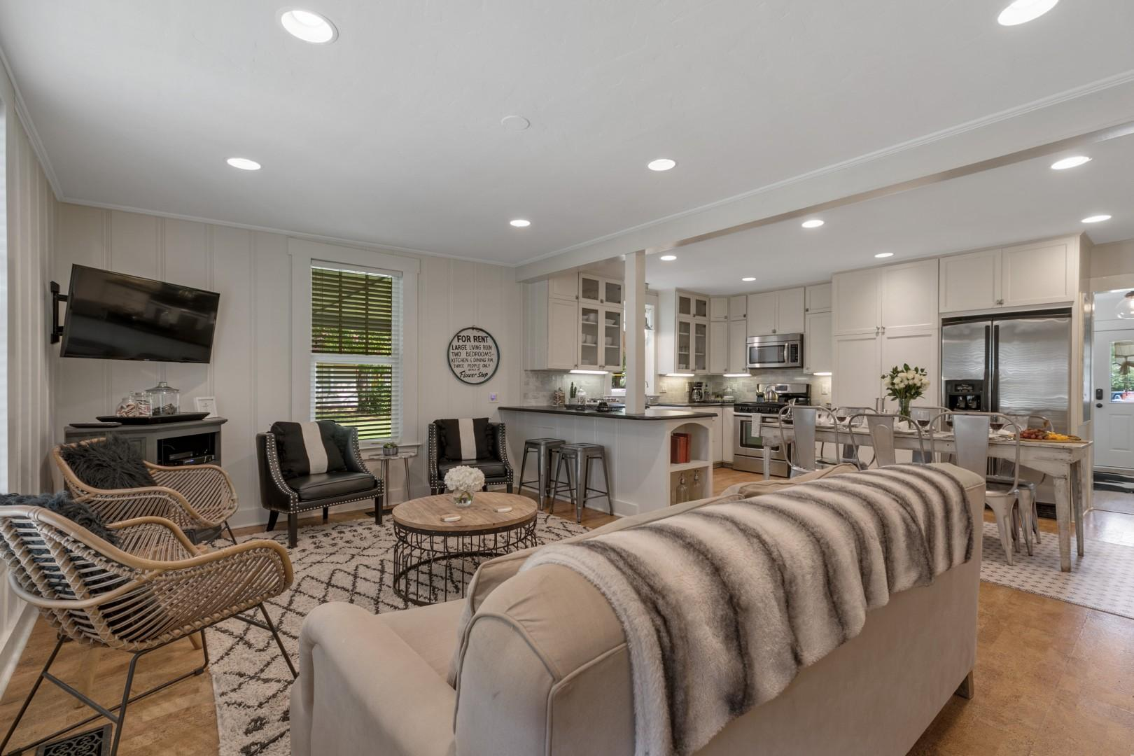 Gorgeous Home 2 Blks from MainSt w/Hottub&Firepit