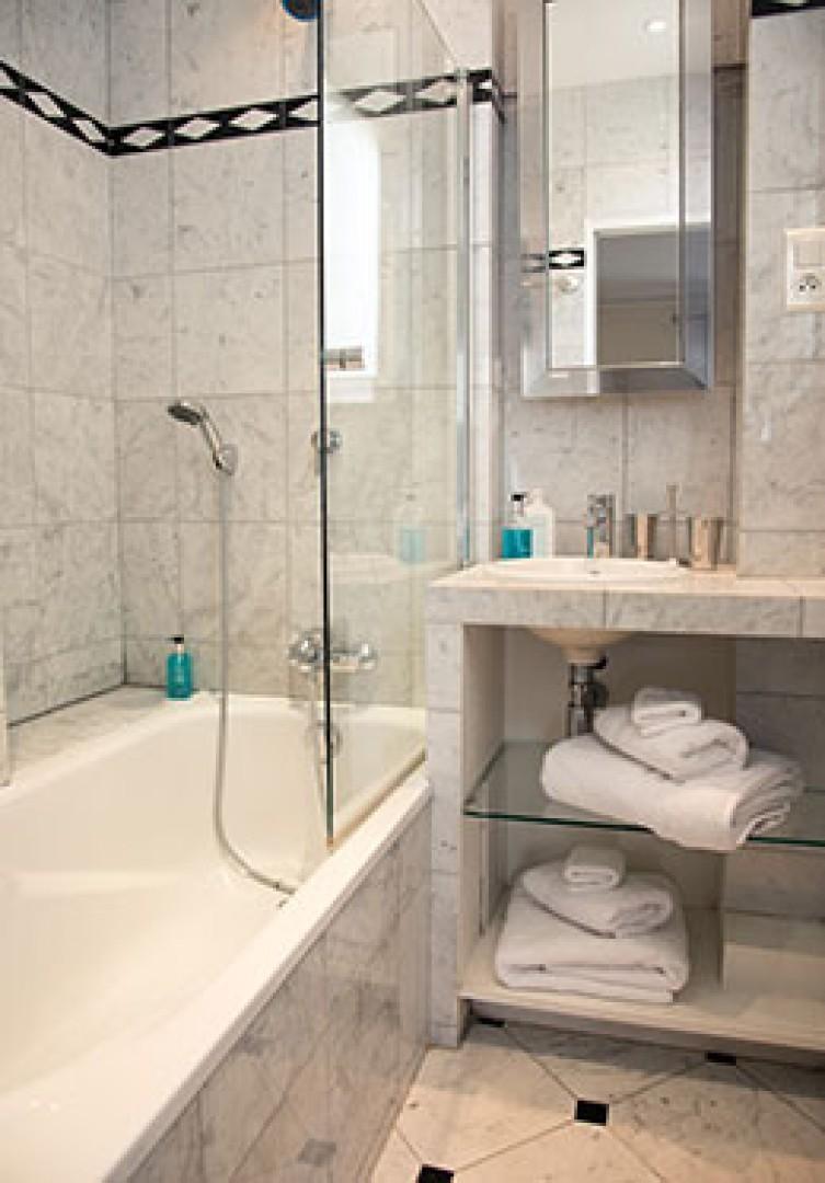 Modern en suite bathroom 1