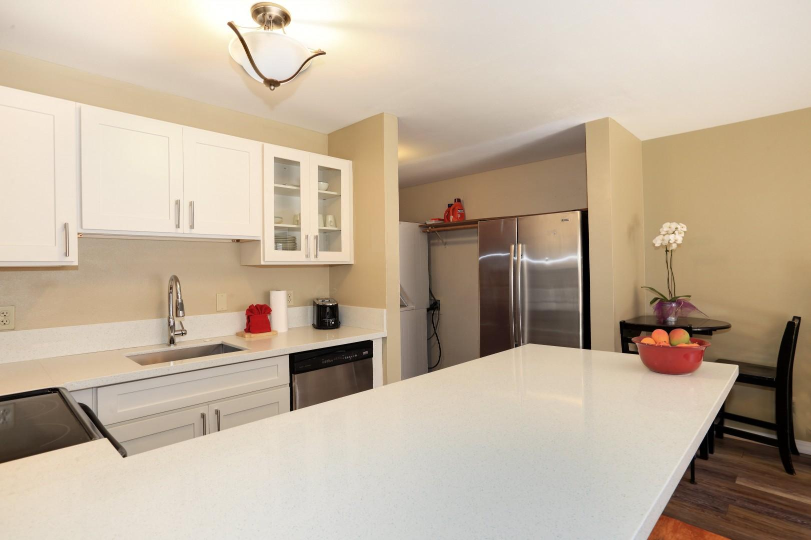 Large countertop with bar stools to enjoy a meal before going to the beach-min