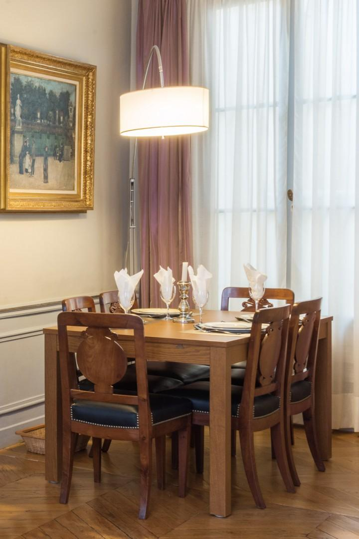 The dining table comfortably seats six people.