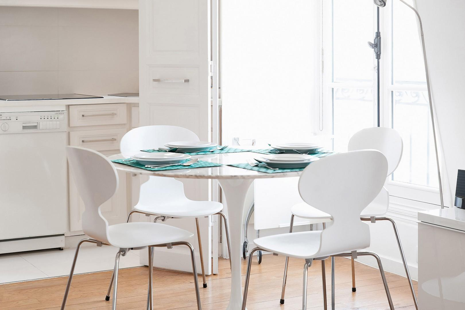 CMS-10-(Start your day with a French breakfast in the sun-filled dining area.)-8-palette-dining