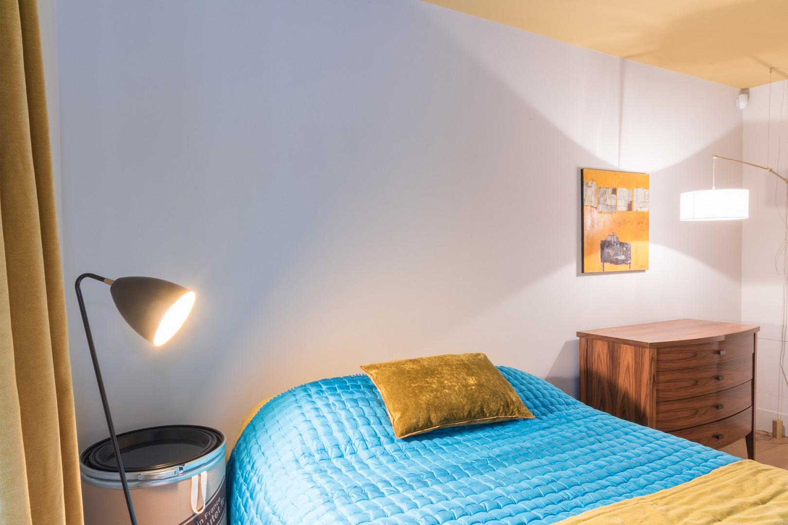 Bright contrasting colors in bedroom 3
