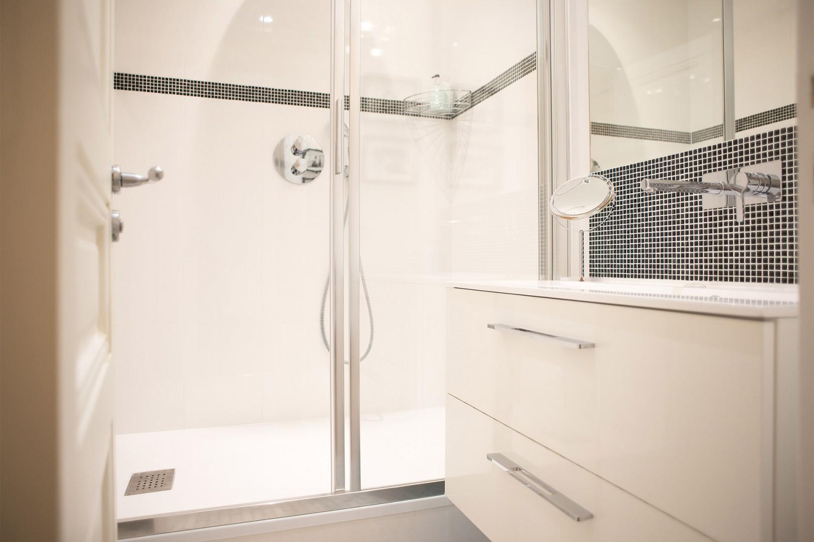 Bathroom 1 en suite with large shower.