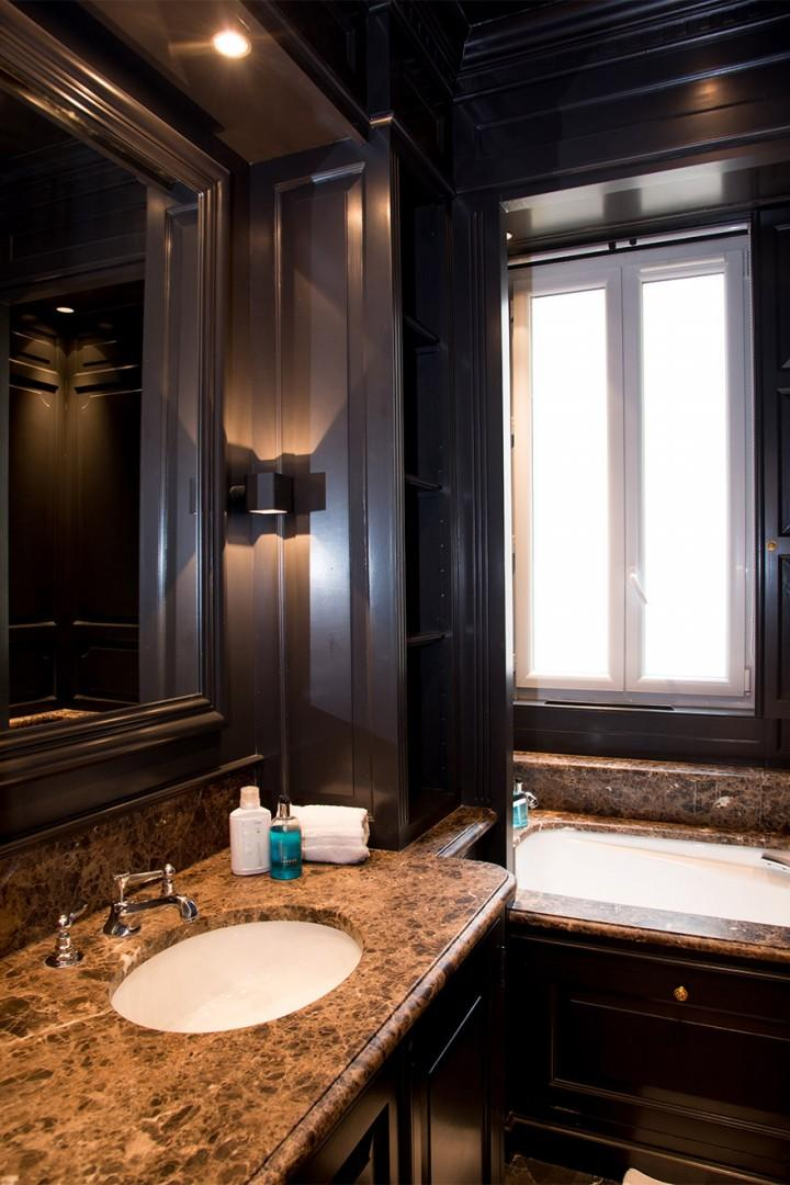 The large mirror in bathroom 1 makes mornings a breeze!