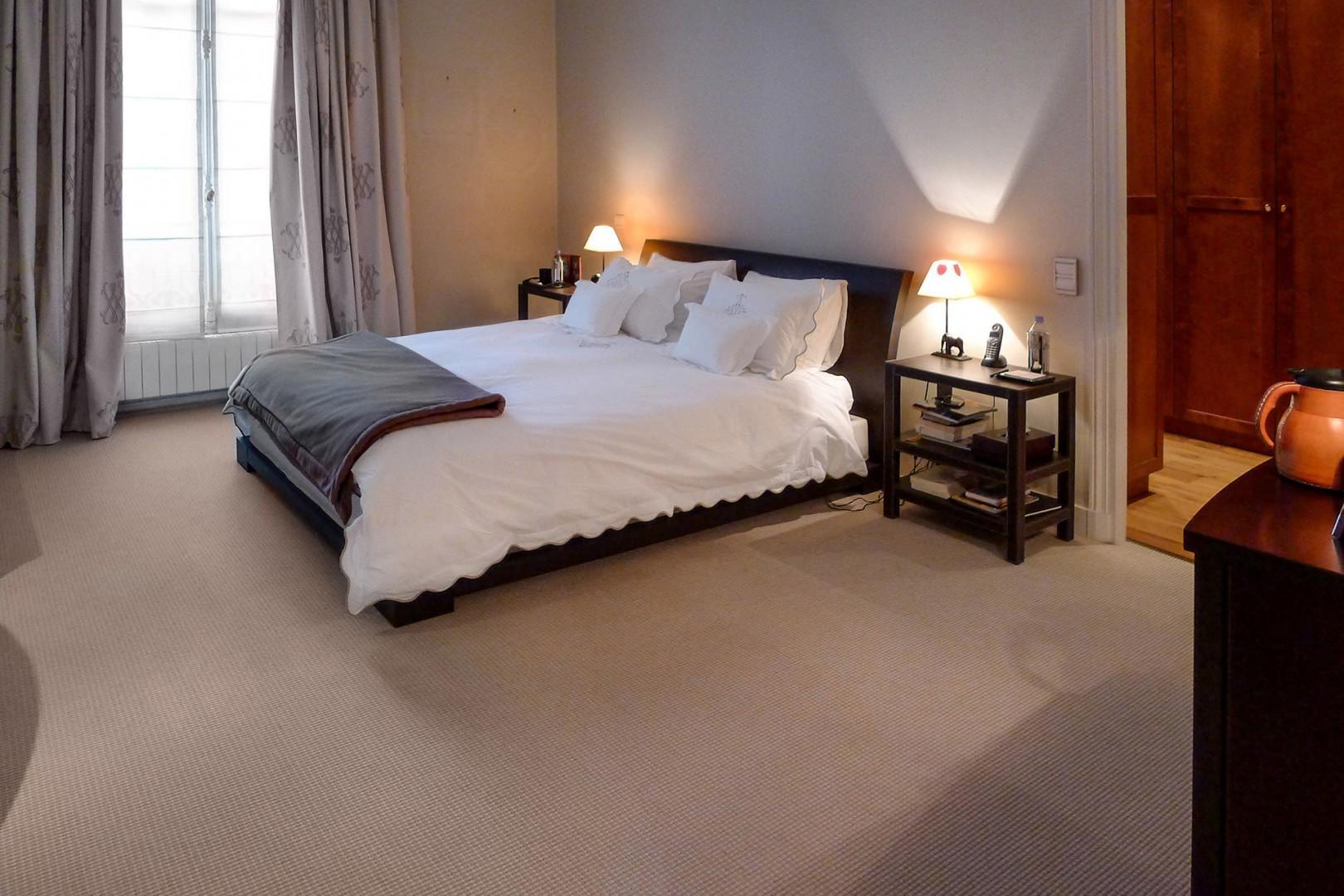 The spacious bedroom 1 has an exquisite en suite bathroom.