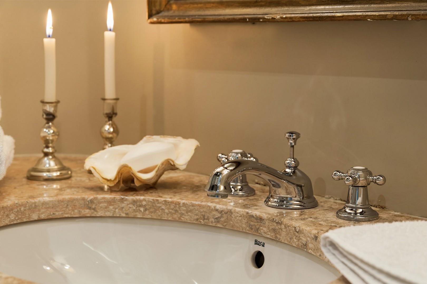 Even the bathroom is chic in the Lussac apartment!