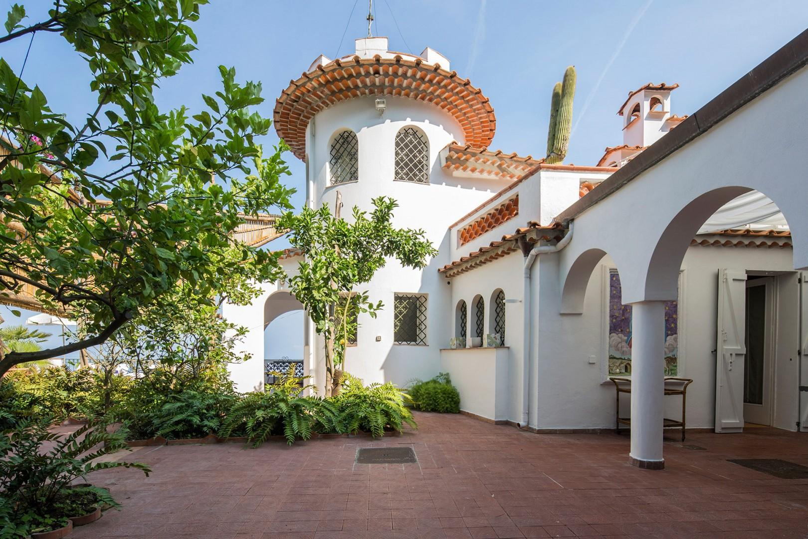Villa Sole floats between the sky and sea. On 2 levels, it has s tower with sea views all around.