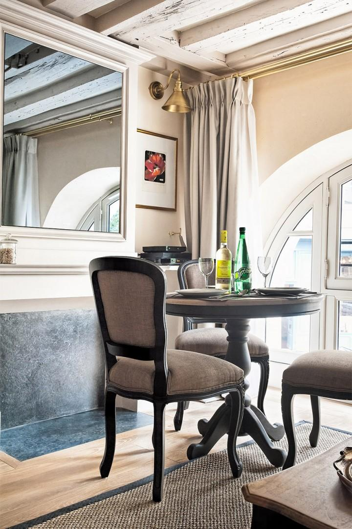 The dining area overlooks the charming Place Dauphine.