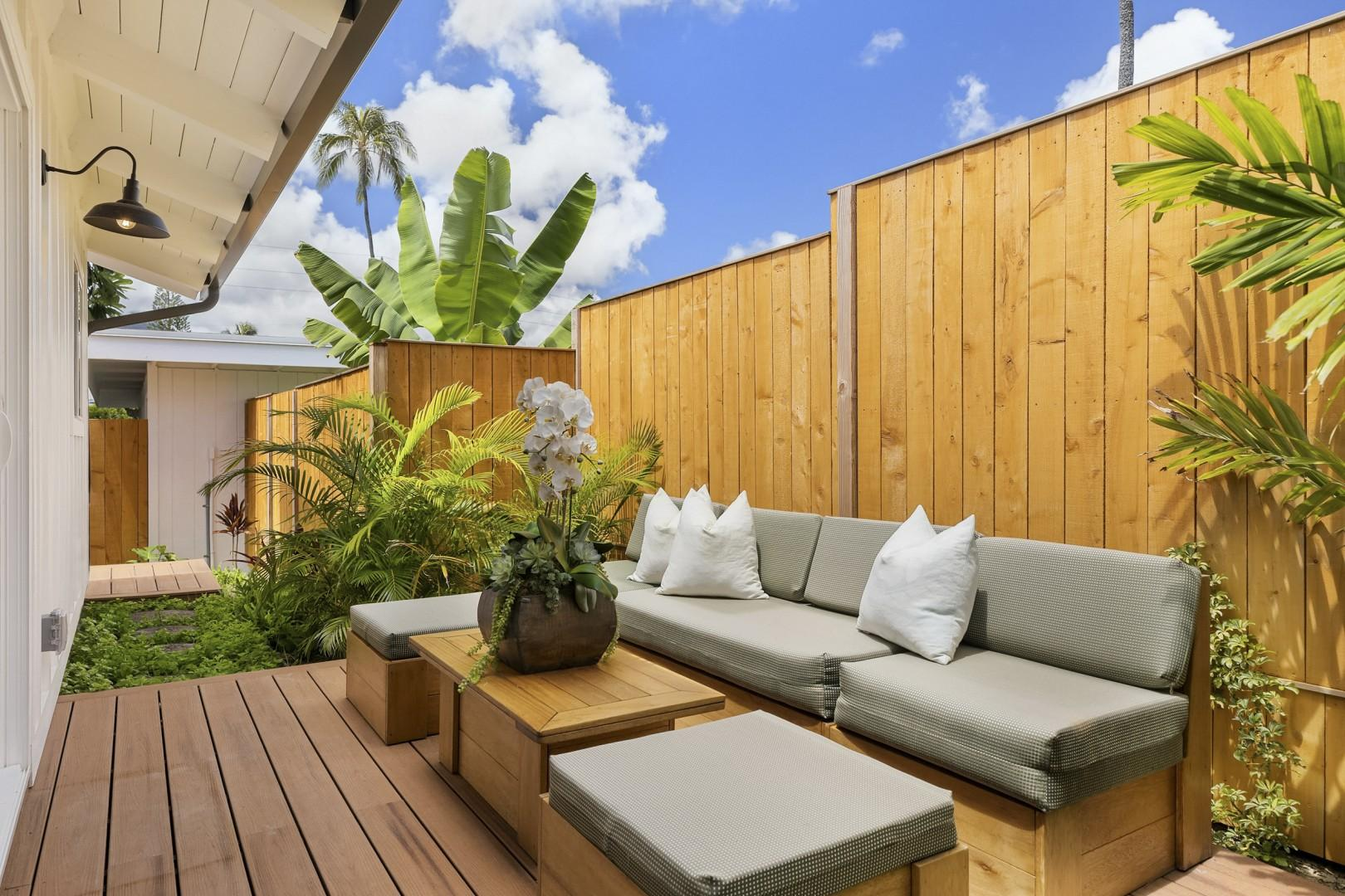 Private outdoor lanai with outdoor seating