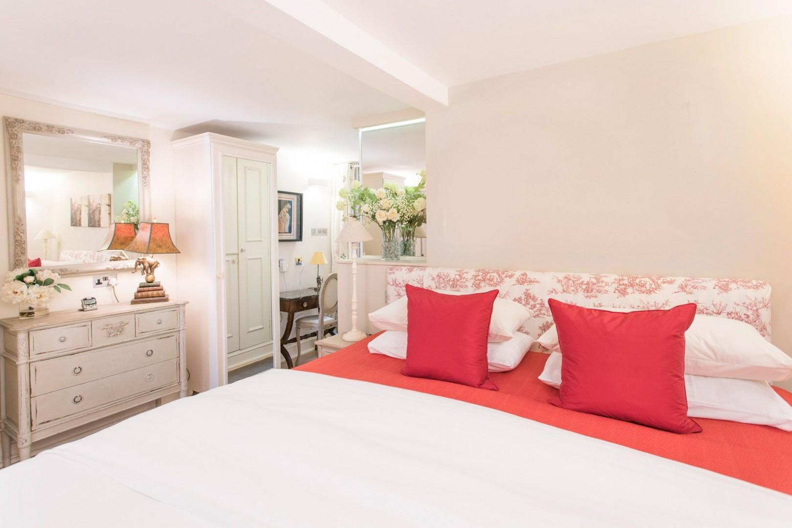 Pretty touches in the bedroom