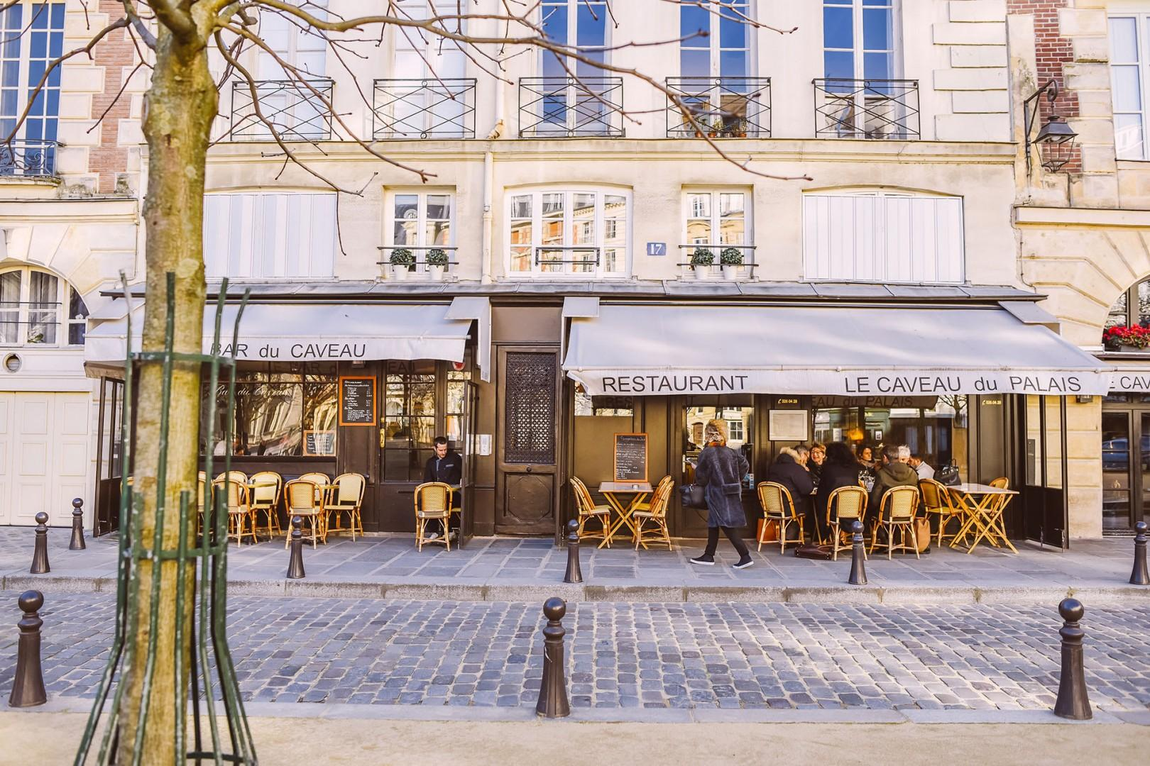 11-place-dauphine-cafe-winter