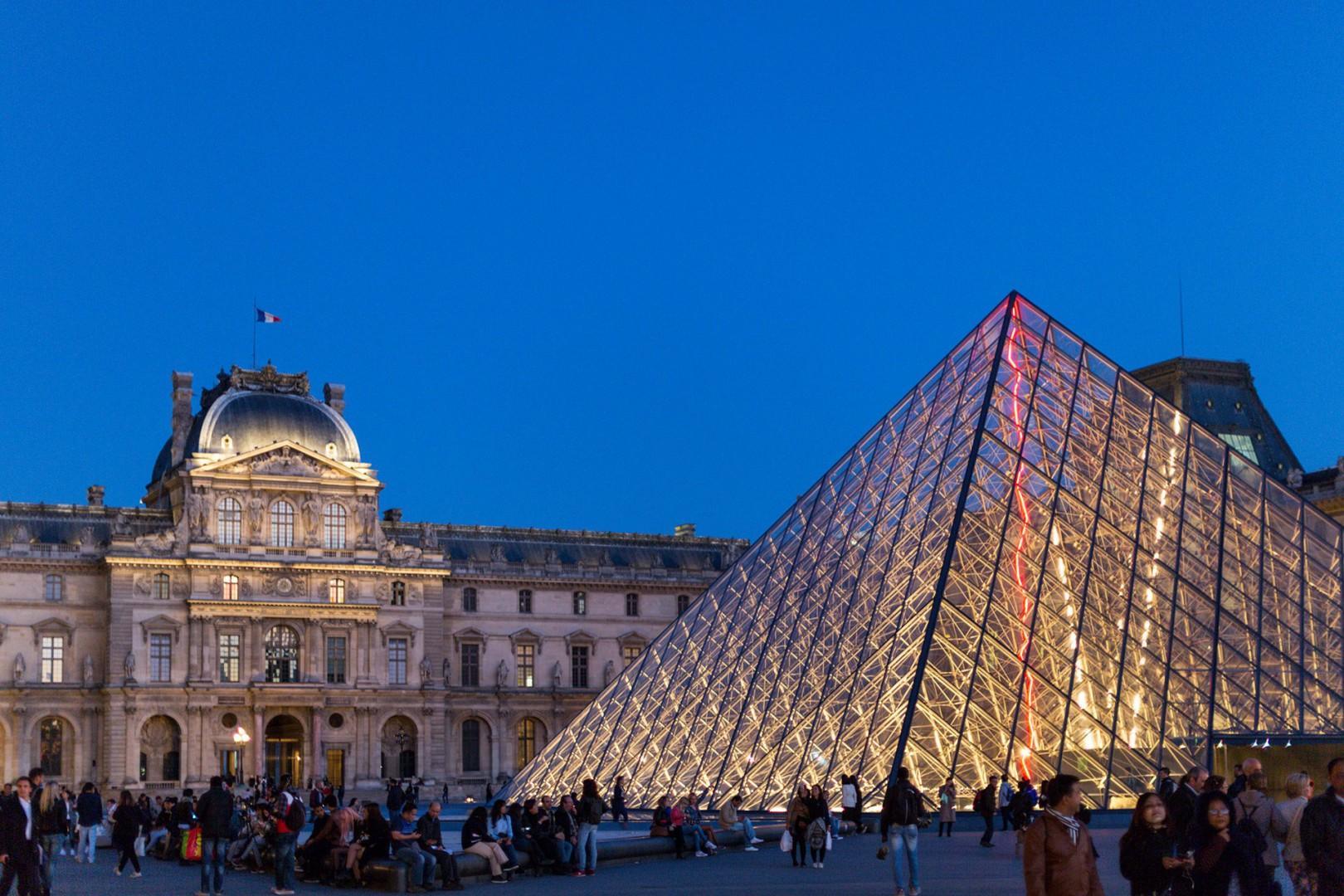 12-louvre-museum-night