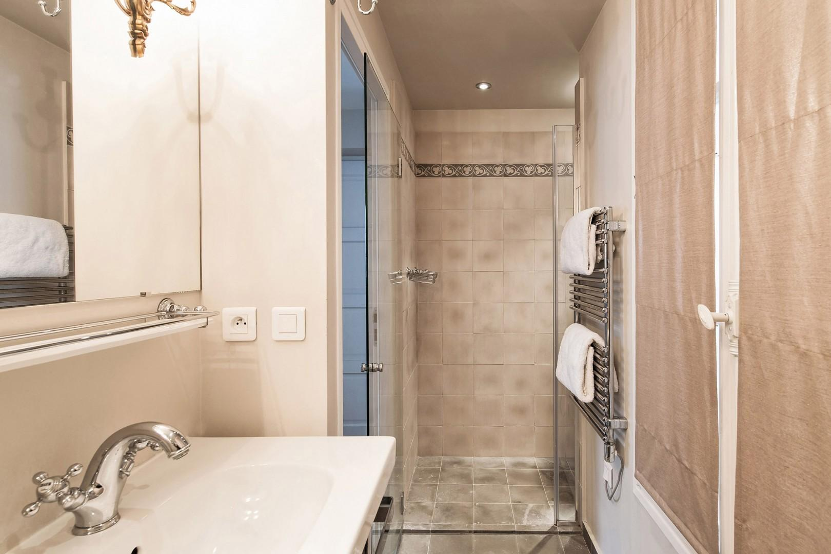 Start your day with an energizing shower in this modern bathroom!