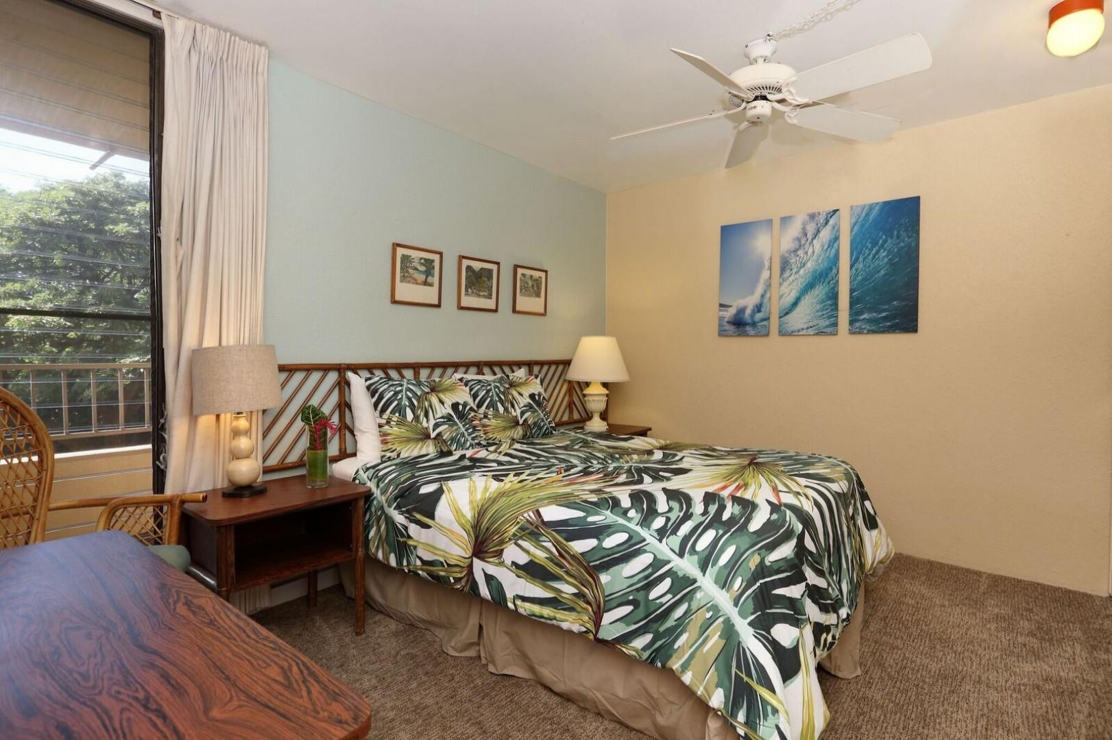 Queen bed in a relaxed atmosphere