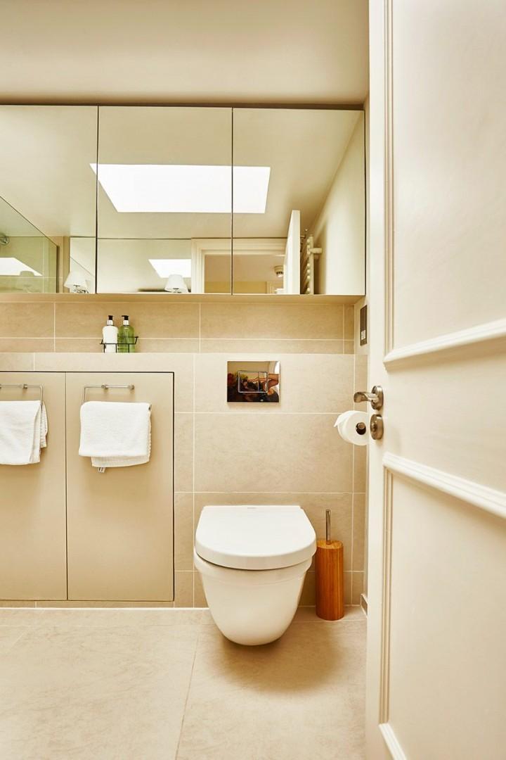 Toilet in the upstairs bathroom