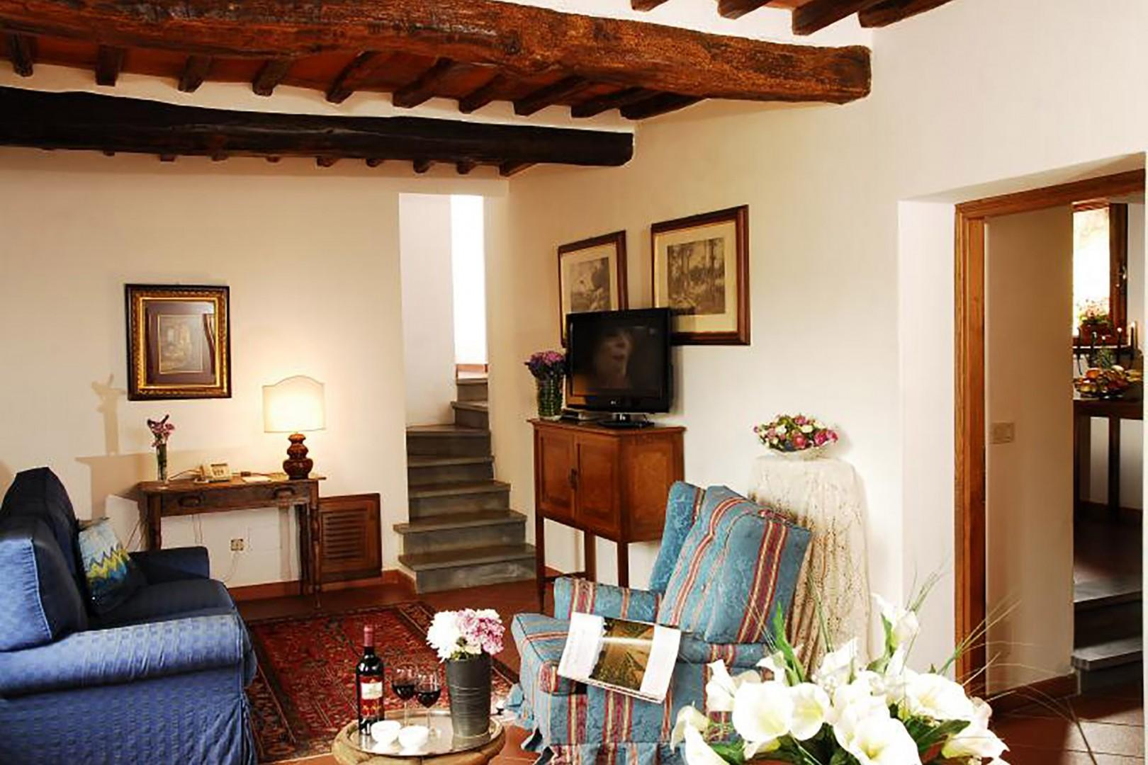 Living and dining room area of Bucine Cotogno.