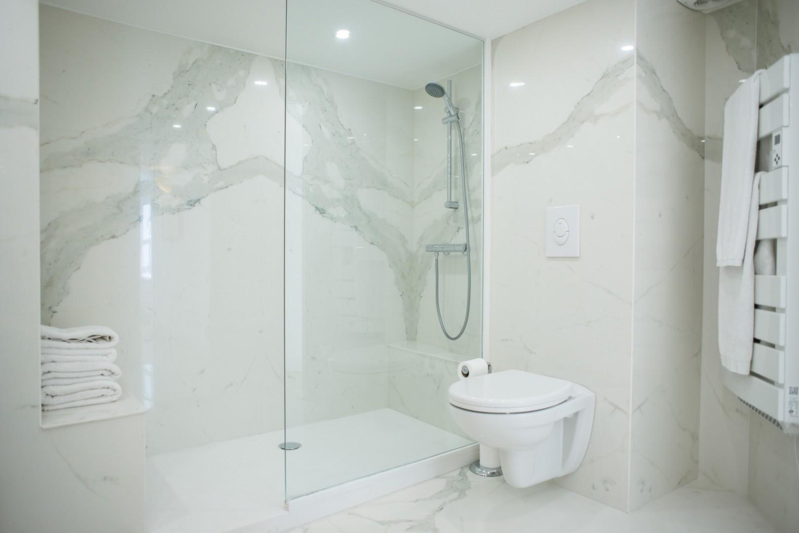 Start your day in Paris with an energizing shower!