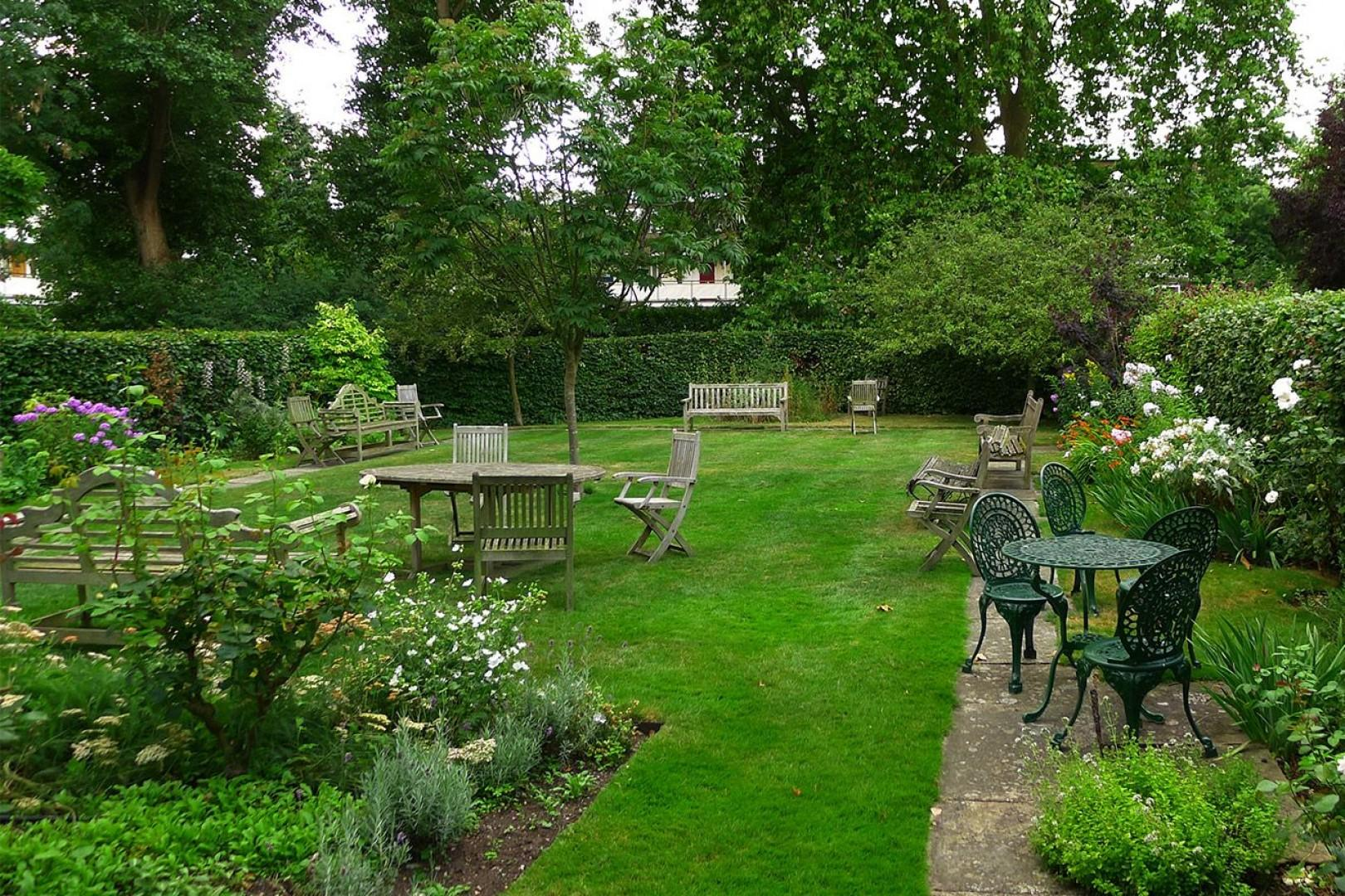 Quiet garden with lots of seating