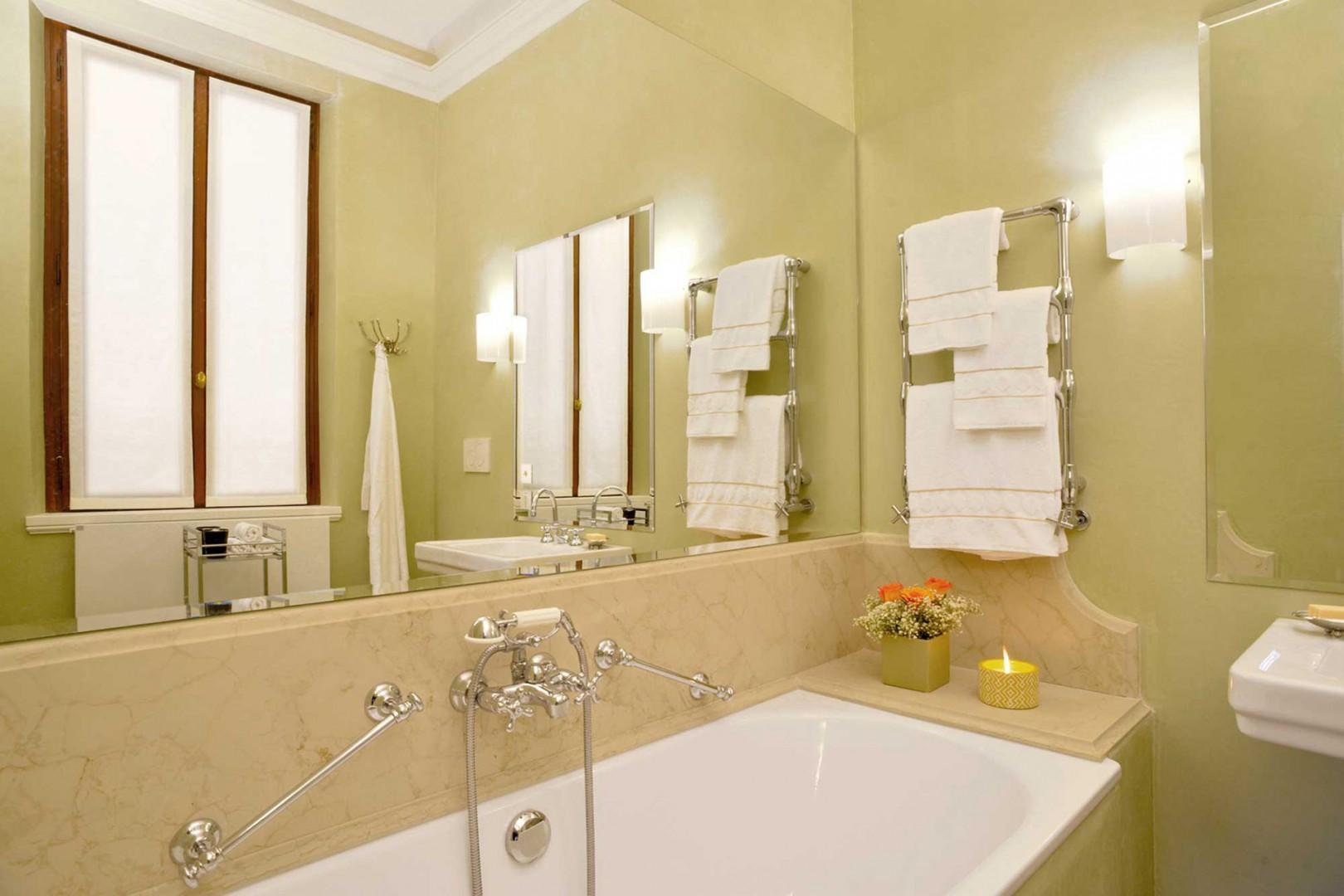 Bathroom 1 en suite to bedroom 1.
