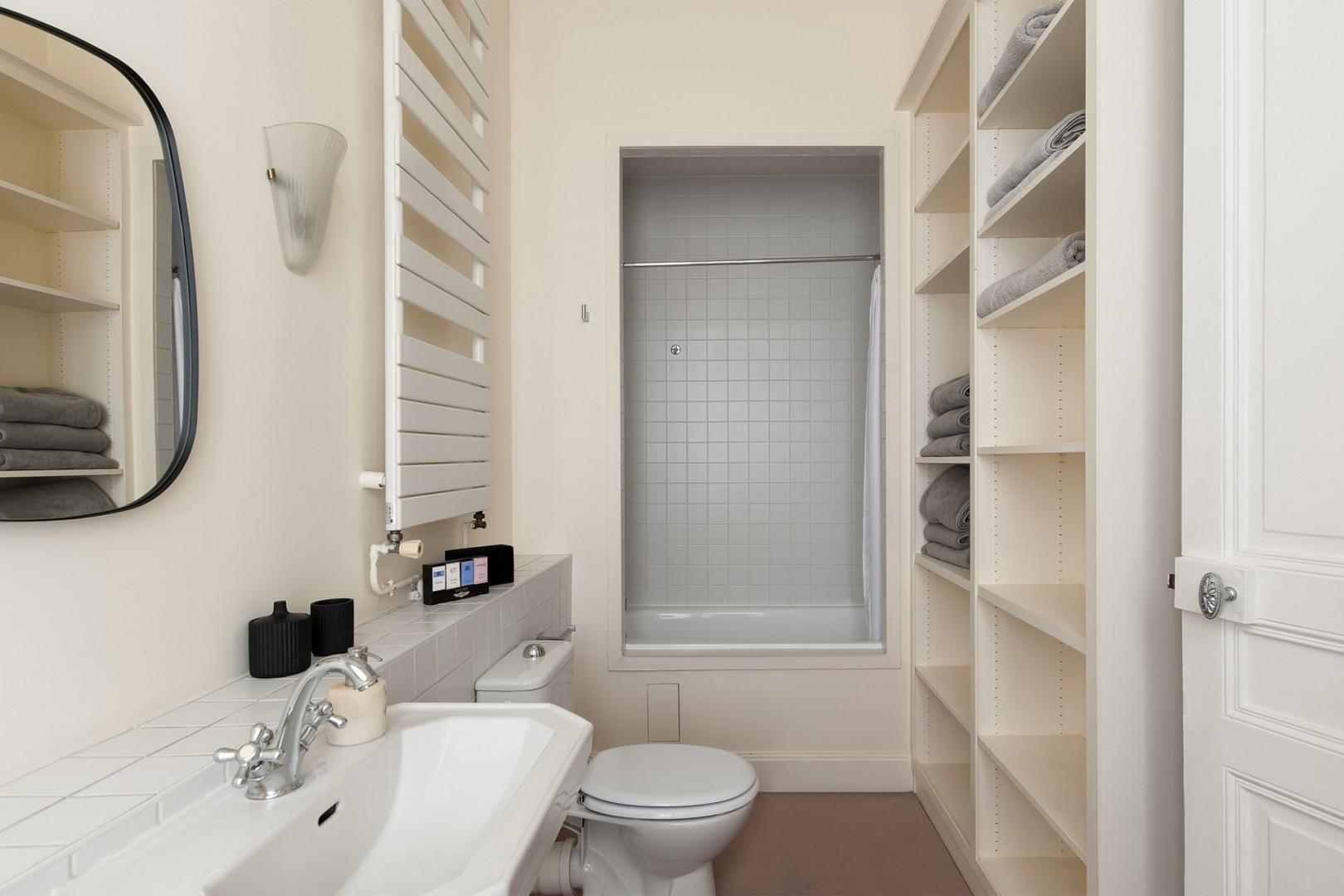 Convenient en suite bathroom for bedroom 3