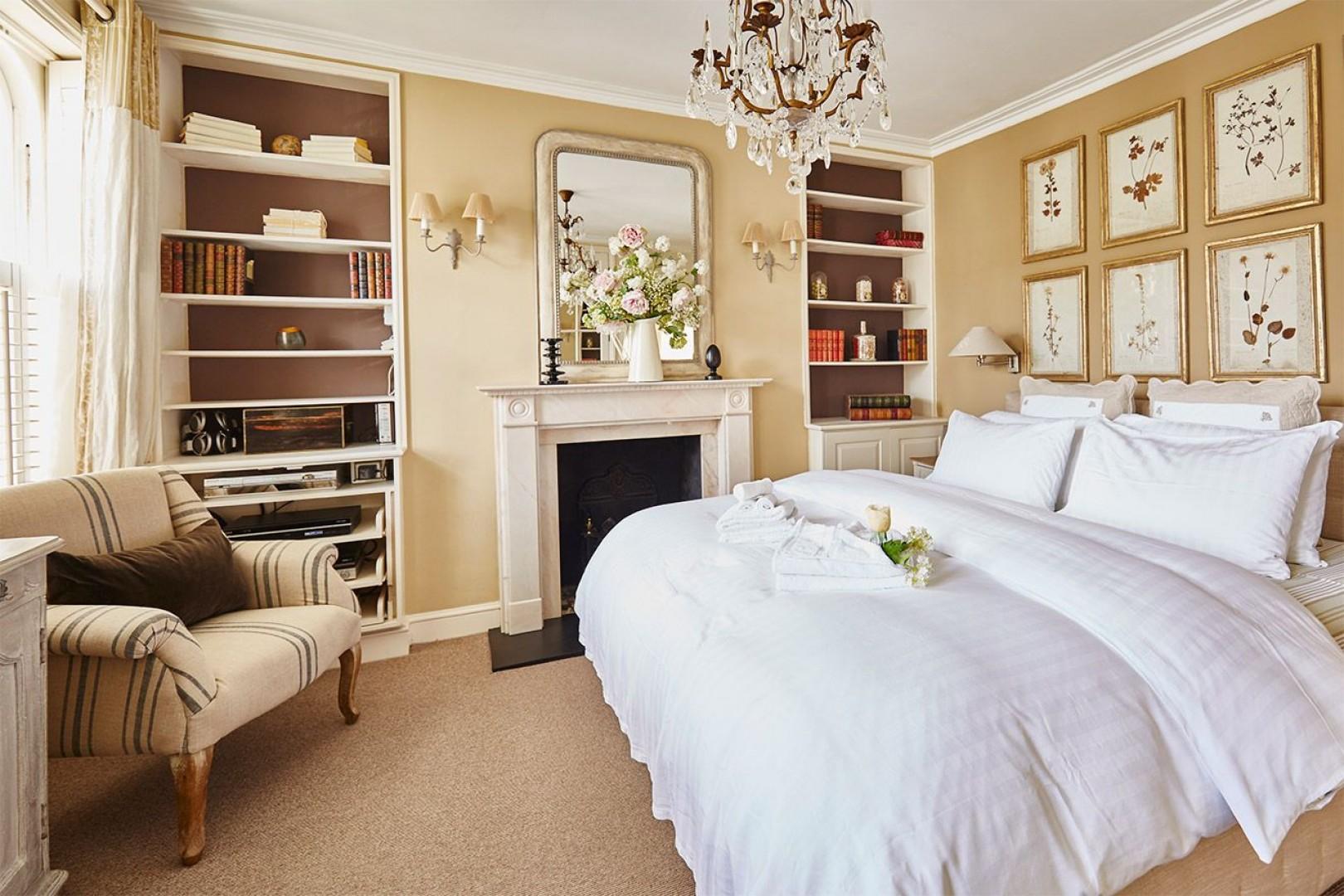Sumptuous first bedroom with en suite bathroom