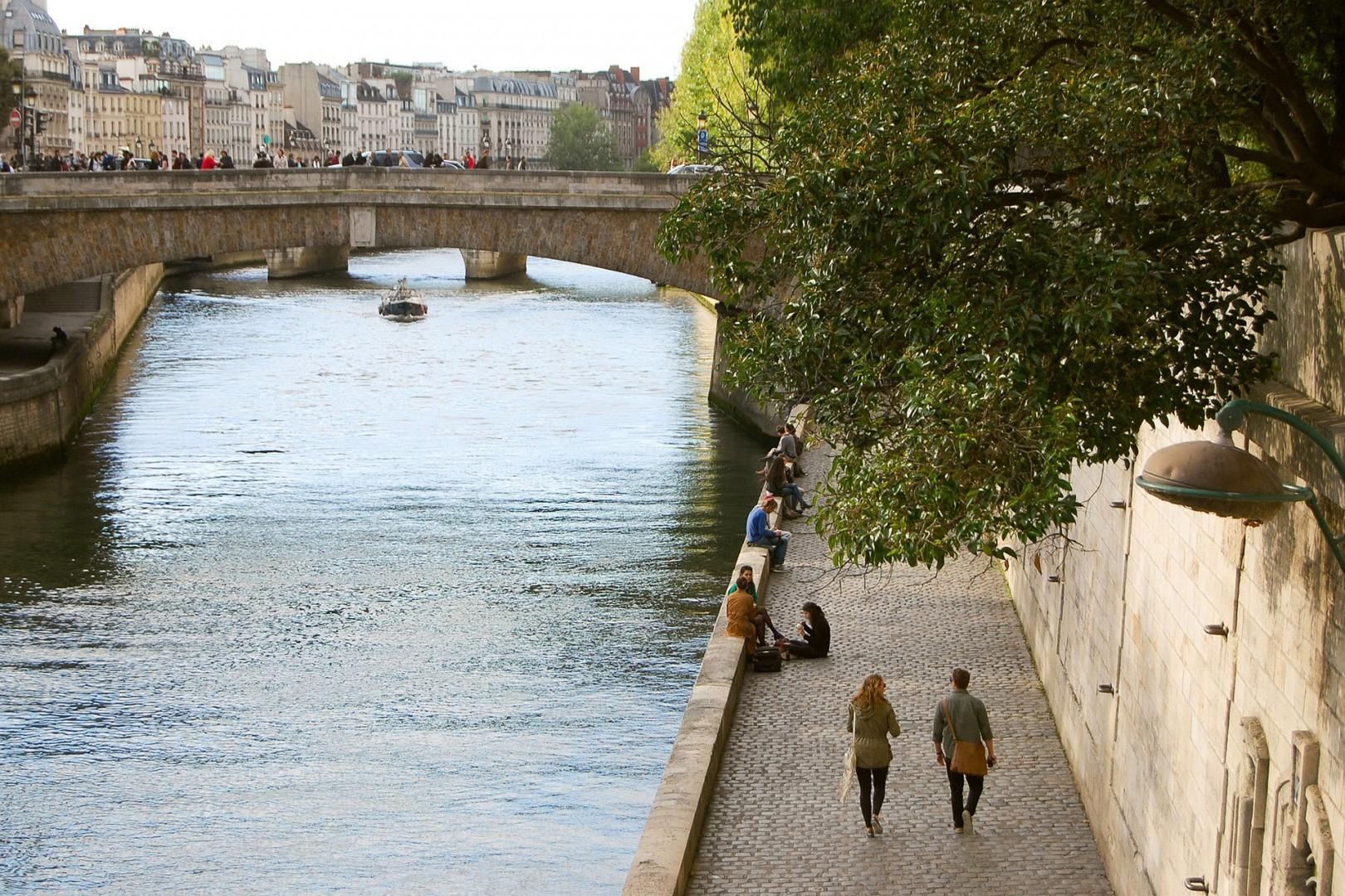 13-stroll-along-the-seine