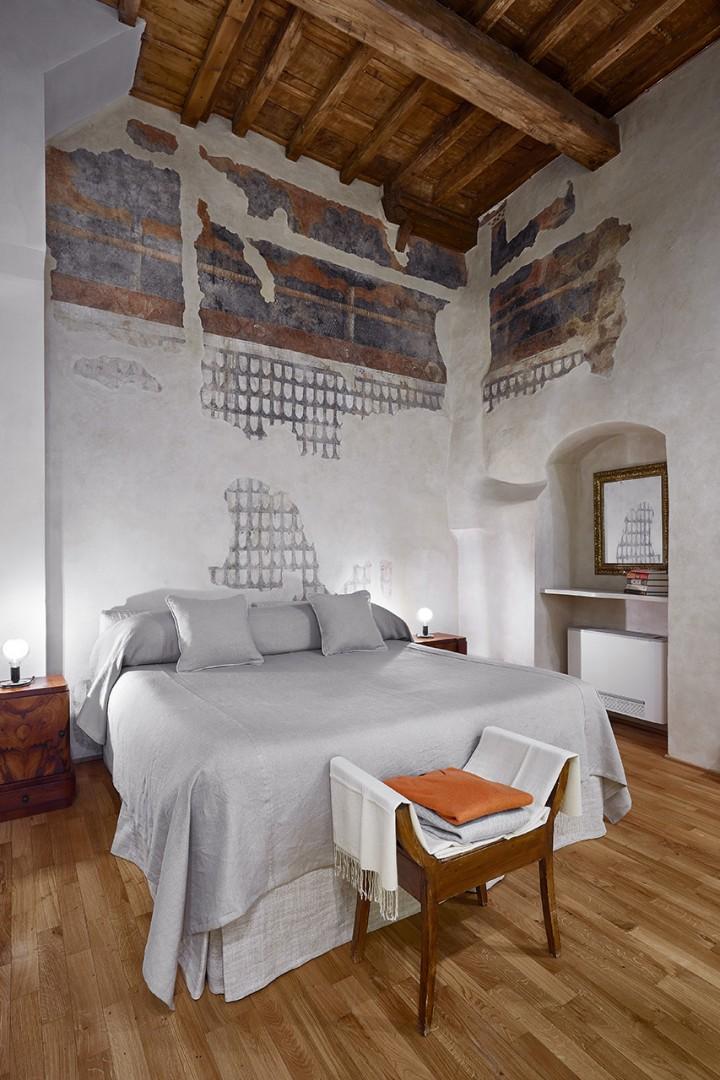 Bedroom 1 reveals pieces of precious original frescoes from the 1200s.