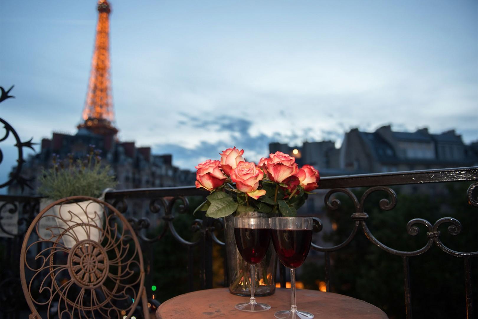 Enjoy romantic Parisian evenings on the balcony.