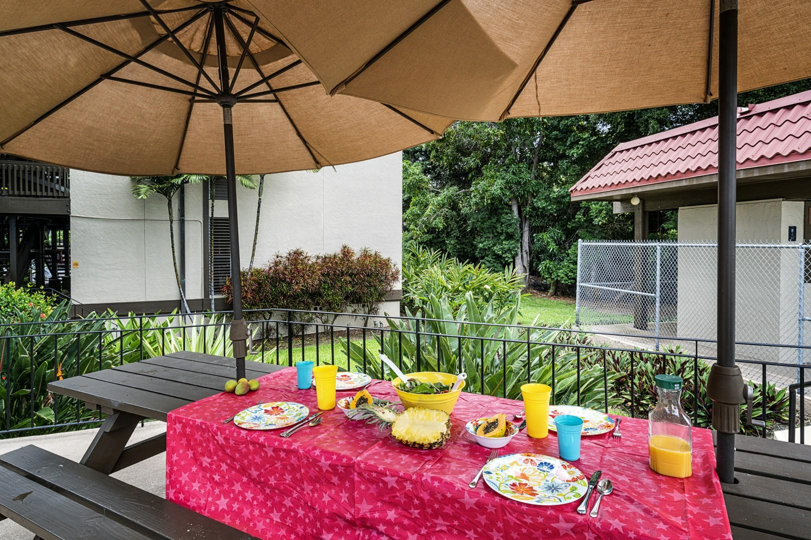 Staged picnic table at Kona Mansions
