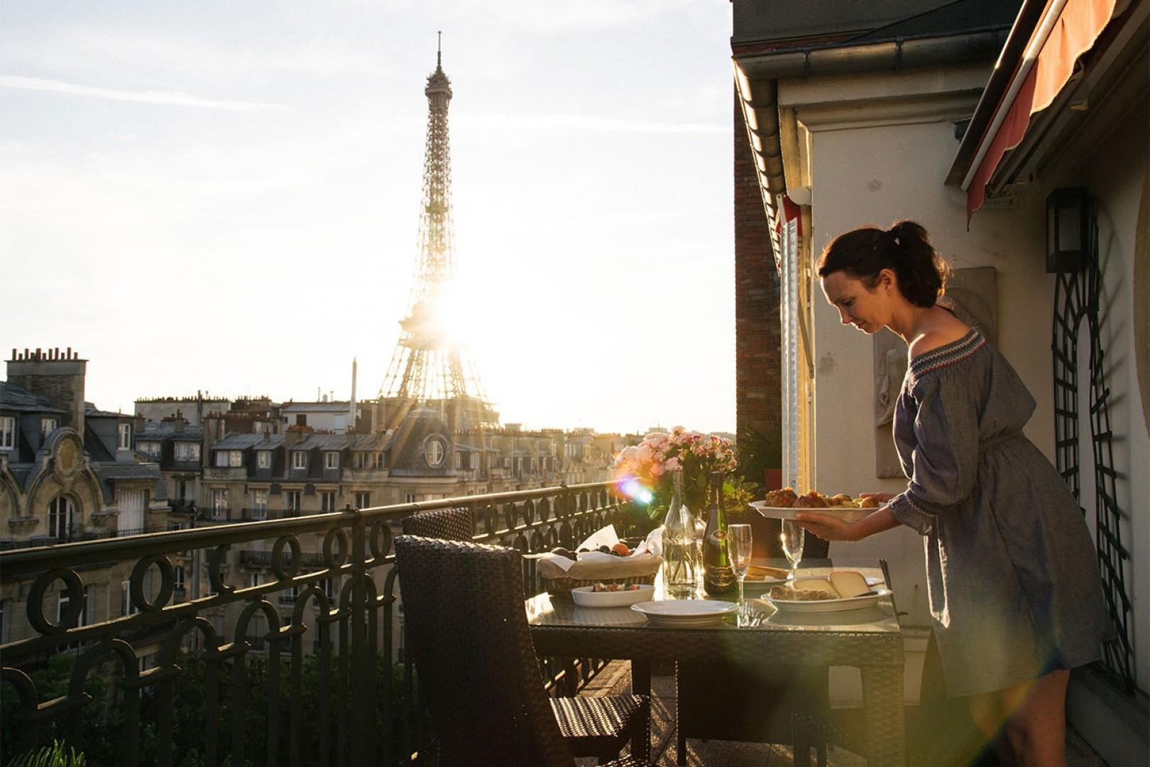Prepare a romantic meal at home and enjoy this unbeatable view!