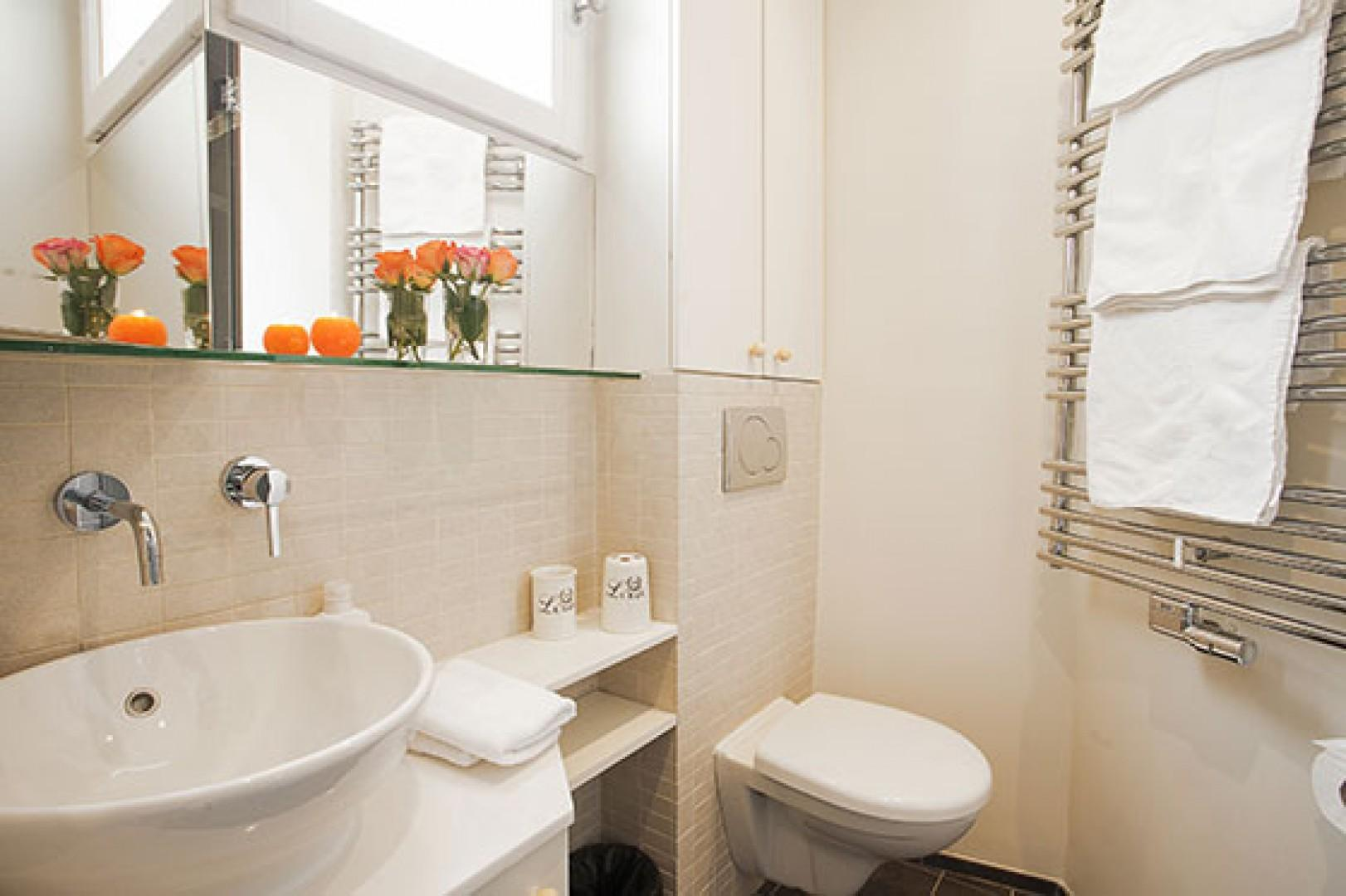 Wrap yourself in luxurious, warm towels in the en suite bathroom.