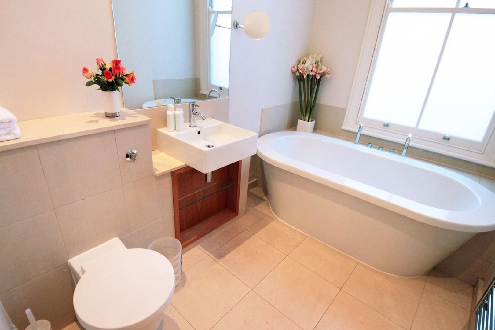 En suite bathroom with bathtub, toilet and sink