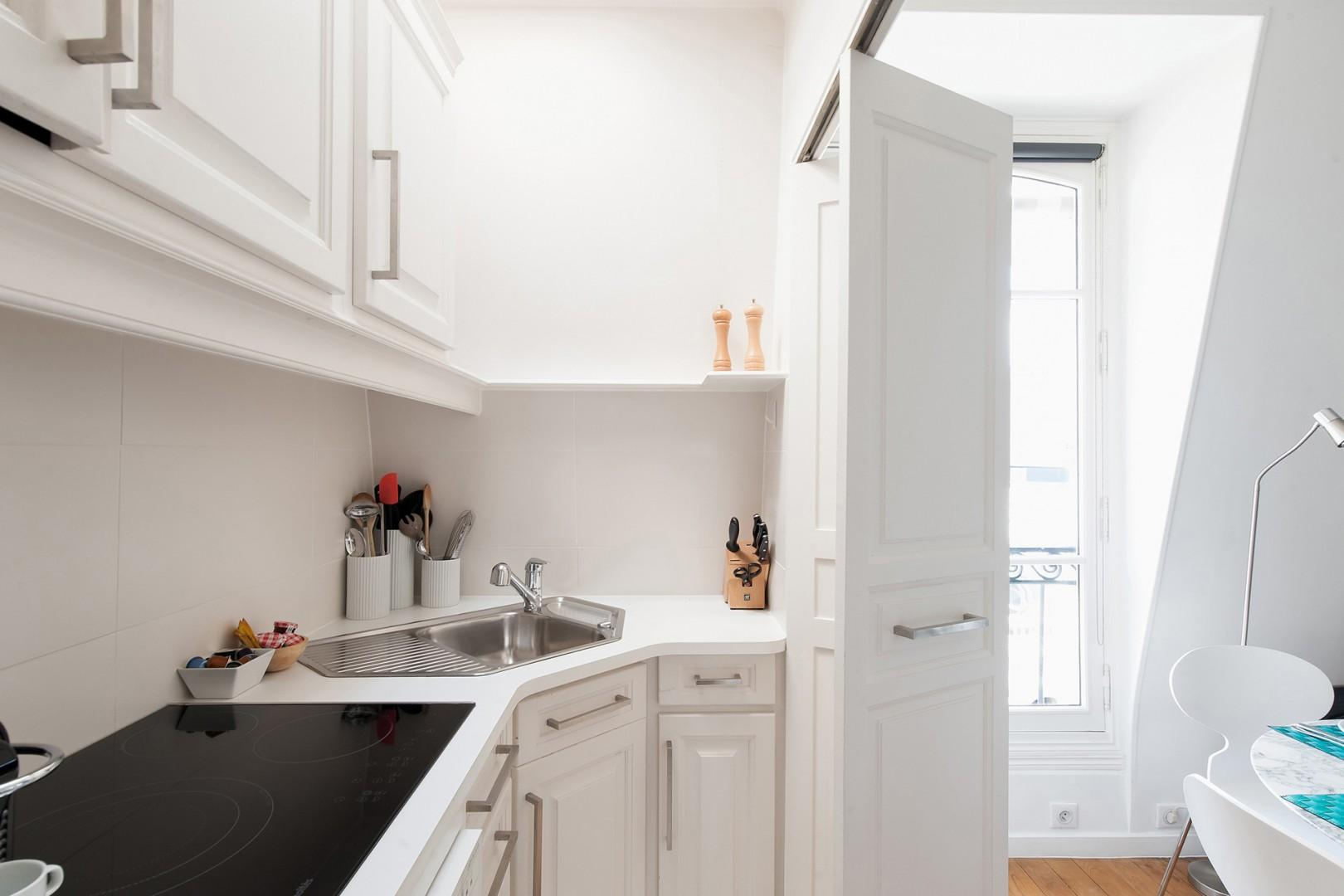 CMS-11-(The fully equipped kitchen features modern appliances.)-9-palette-kitchen