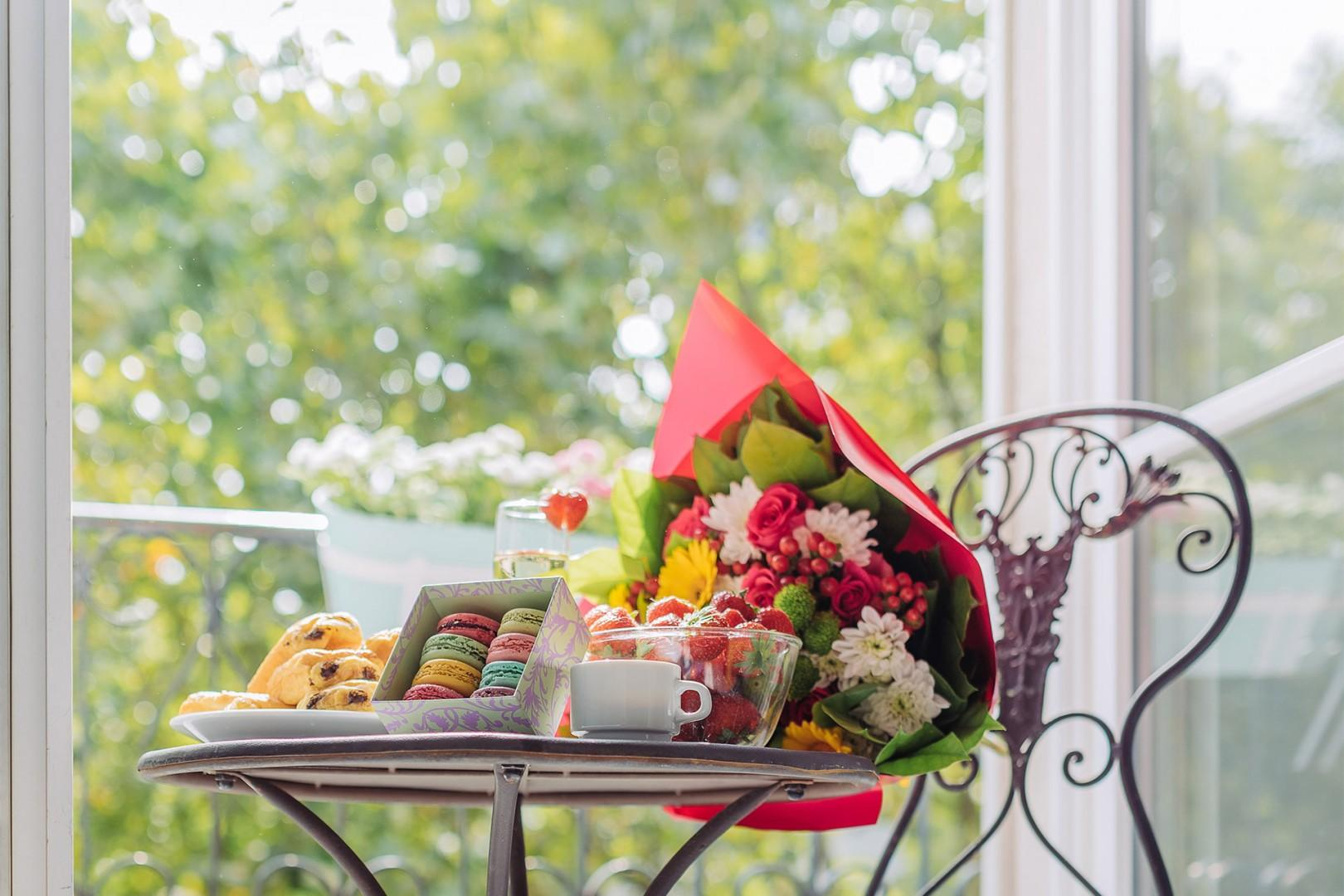 Set a romantic table on the balcony for breakfast.