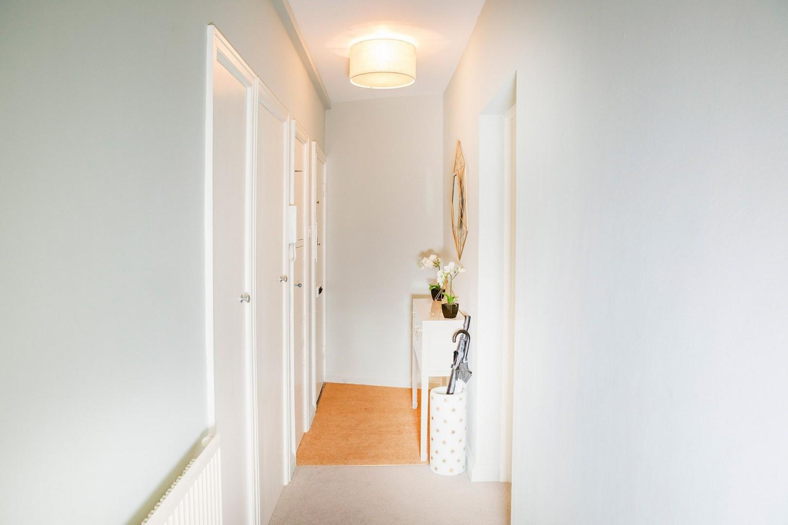 CMS-38-(Entry hall in the Gordon apartment)-15717428-1509433775-Gordon-7070