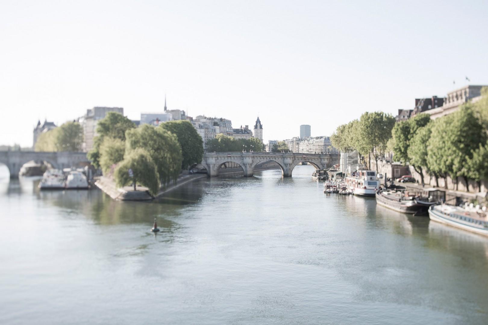 CMS-42-(Stroll over to the Seine River.)-gl-seine-day-paris-dreamy