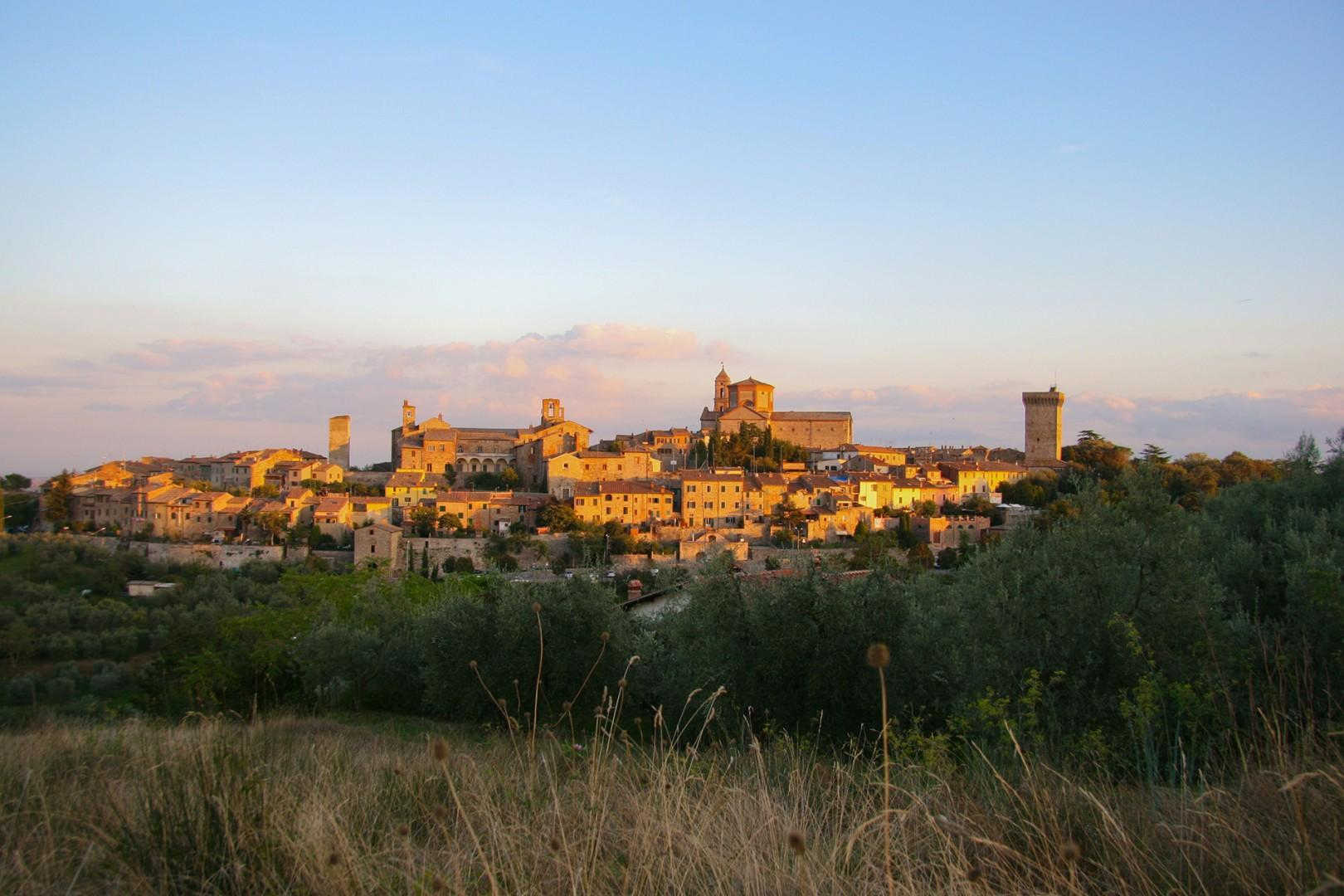 The villa is less than a mile from the remarkably preserved medieval hilltop town of Lucignano.